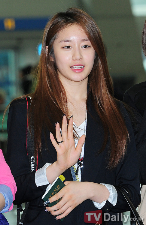 Photos] 10.04.10 Without Make-up Jiyeon with T-ara at Incheon ...